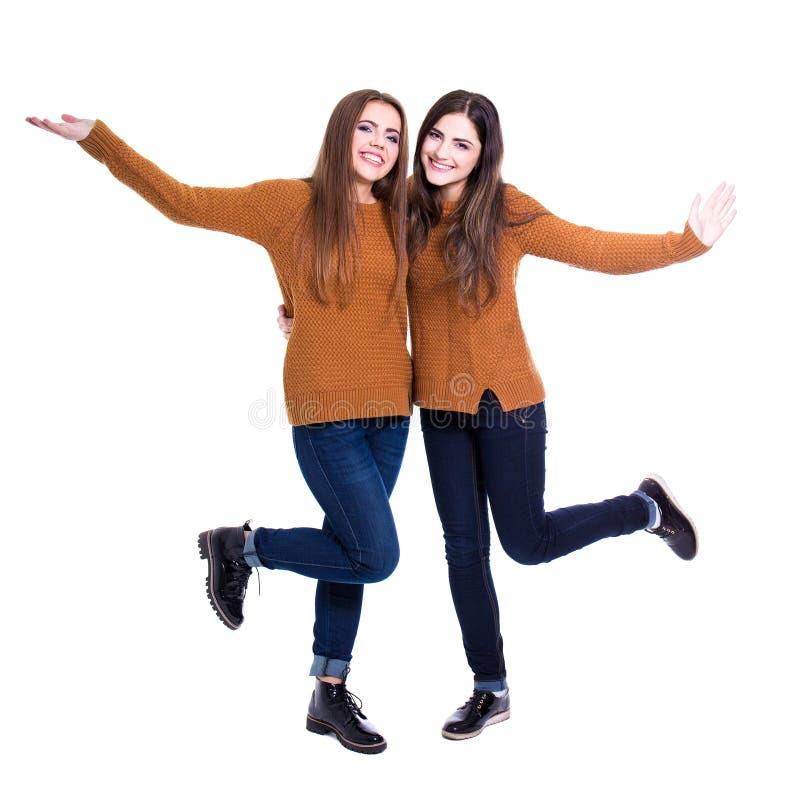 Conceito da amizade - retrato de duas meninas felizes isoladas no whi fotos de stock