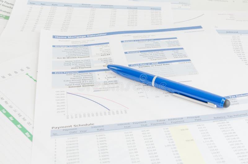 Conceito da análise de contabilidade financeira do relatório do negócio foto de stock