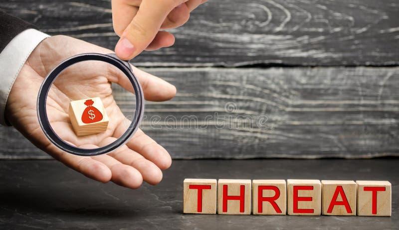Conceito da análise do SWOT e da ameaça do negócio Riscos financeiros e perda do dinheiro Estratégia para a proteção do dinheiro  imagem de stock royalty free