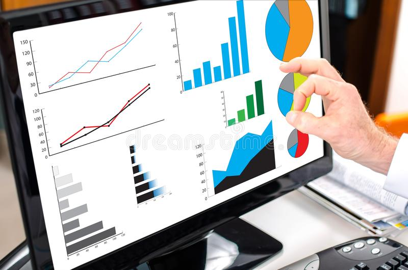 Conceito da análise gráfica em um monitor do computador fotografia de stock royalty free