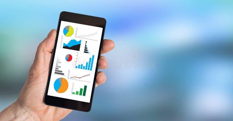 Conceito da análise gráfica em um smartphone foto de stock royalty free
