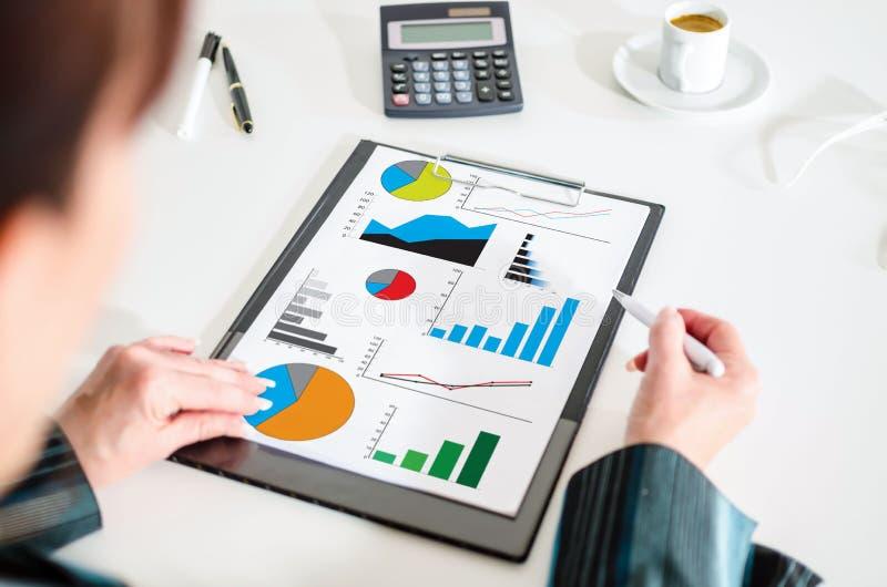 Conceito da análise gráfica em uma prancheta imagens de stock royalty free