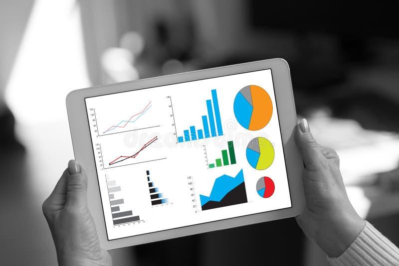 Conceito da análise gráfica em uma tabuleta fotografia de stock