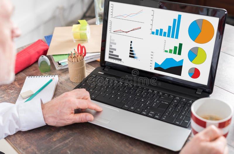 Conceito da análise gráfica em uma tela do portátil imagem de stock royalty free