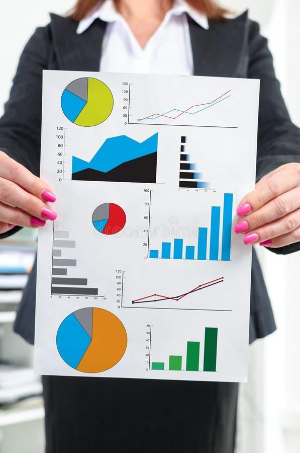 Conceito da análise gráfica mostrado por uma mulher de negócios imagem de stock royalty free
