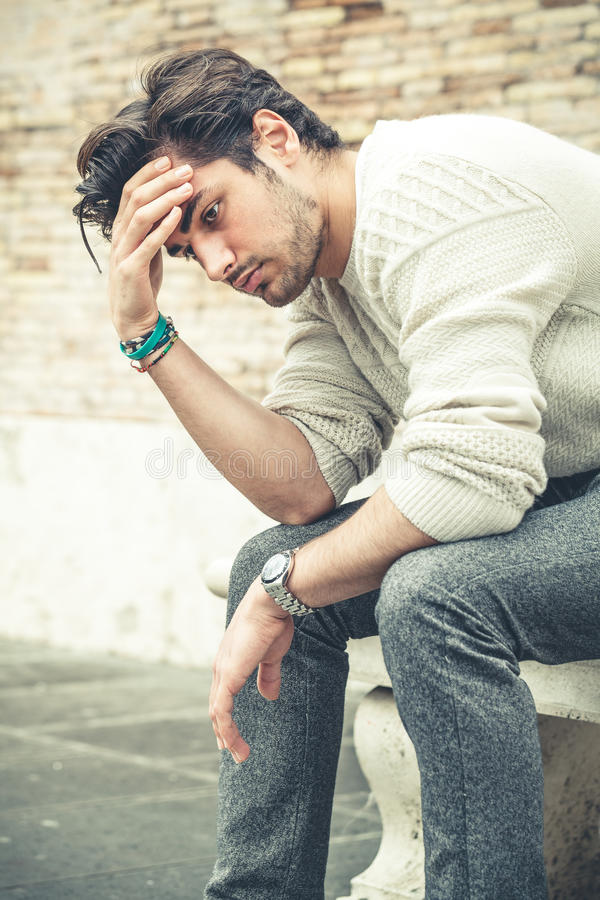 Conceito da ansiedade Homem novo com problemas, desespero fotografia de stock