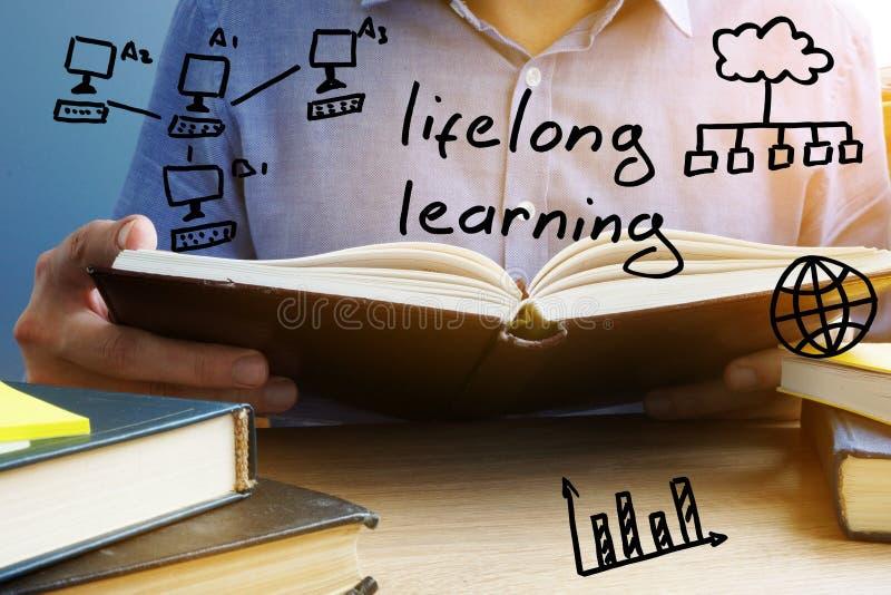 Conceito da aprendizagem ao longo da vida Homem que lê o livro foto de stock