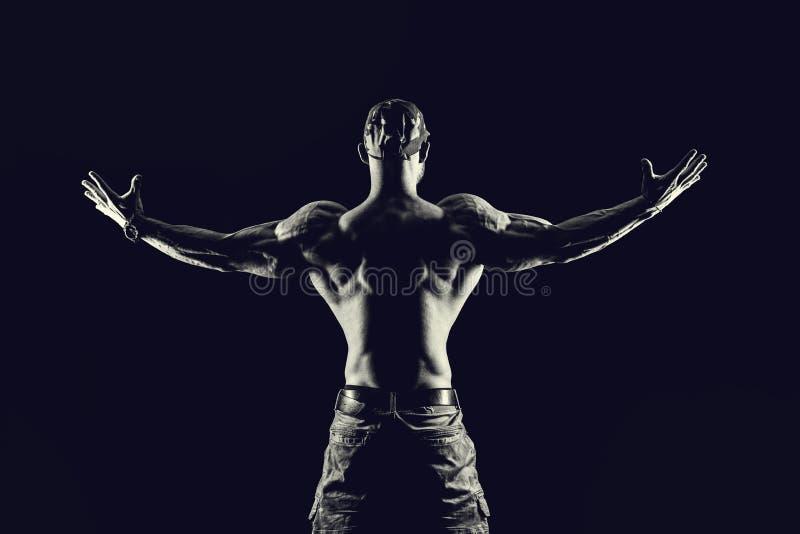 Conceito da aptidão do halterofilismo Homem forte Muscul apto e saudável fotografia de stock
