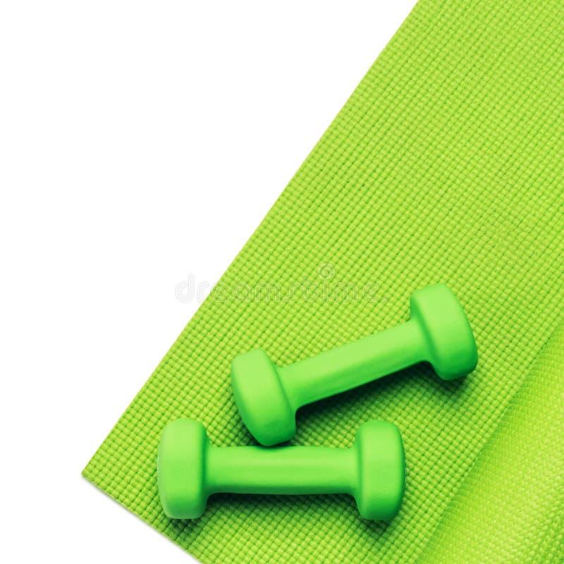 Conceito da aptidão - esteira e pesos verdes da ioga imagens de stock