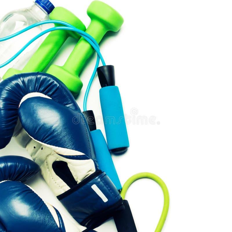 Conceito da aptidão - luva de encaixotamento, pesos, corda de salto e garrafa imagem de stock royalty free