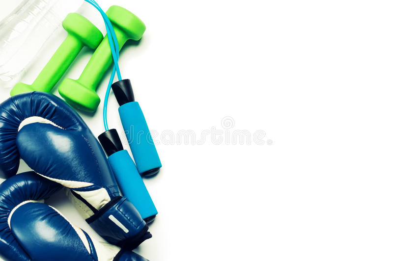 Conceito da aptidão - luva de encaixotamento, pesos, corda de salto e garrafa foto de stock