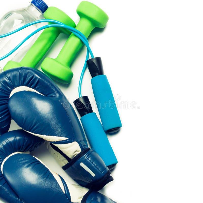Conceito da aptidão - luva de encaixotamento, pesos, corda de salto e garrafa imagens de stock royalty free