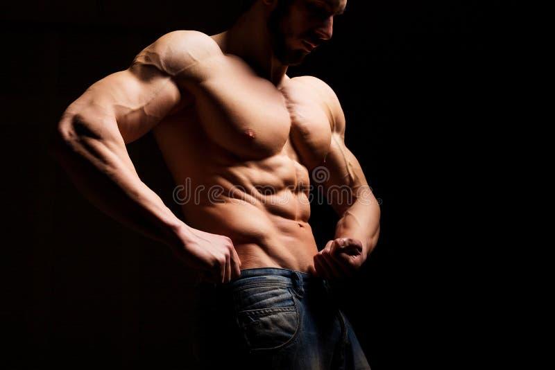 Conceito da aptidão Torso muscular e 'sexy' do homem novo que tem o pão masculino perfeito do Abs, do bíceps e da caixa com corpo imagem de stock