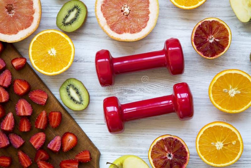 Conceito da aptidão Variedade de frutos coloridos diferentes com pesos, vista superior fotografia de stock royalty free