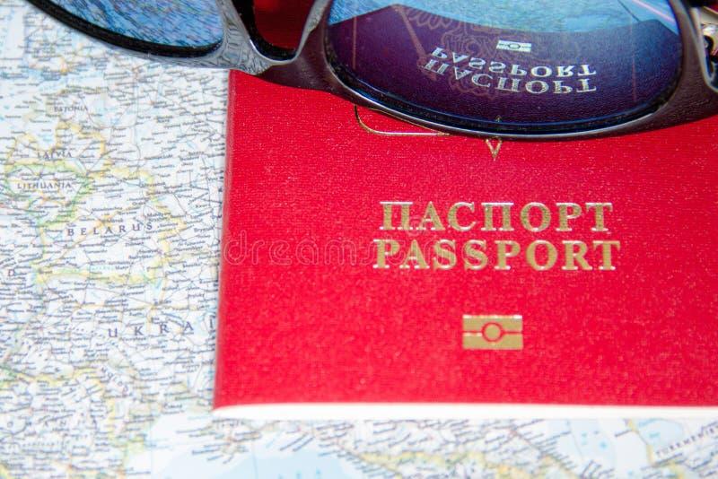 Conceito da aventura Óculos de sol e passaportes no mapa fotografia de stock