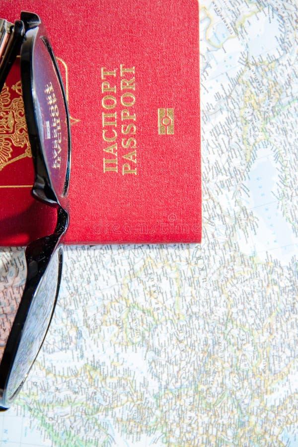 Conceito da aventura Óculos de sol e passaportes no mapa fotografia de stock royalty free