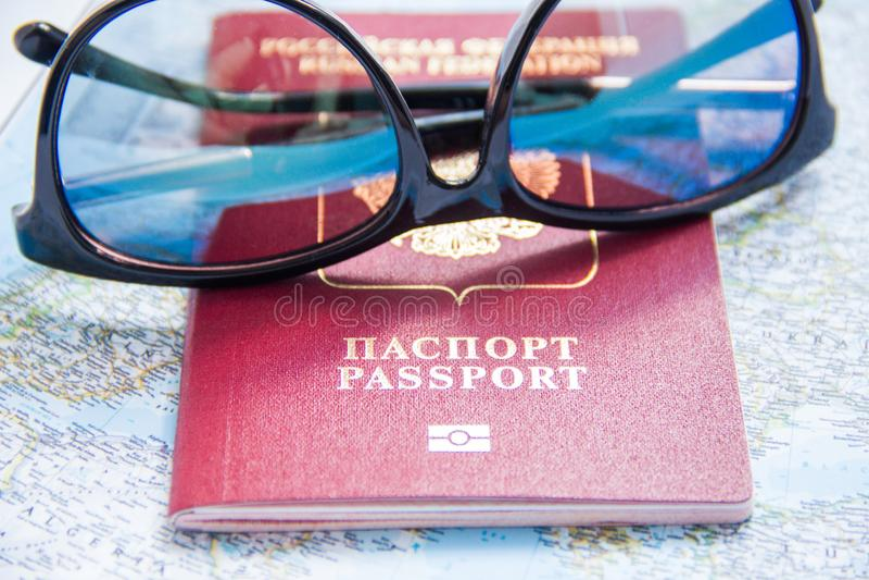 Conceito da aventura Óculos de sol e passaportes no mapa fotos de stock