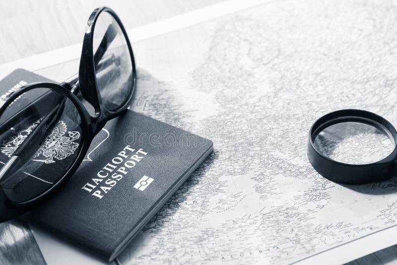 Conceito da aventura Óculos de sol e passaportes no mapa Pequim, foto preto e branco de China imagem de stock