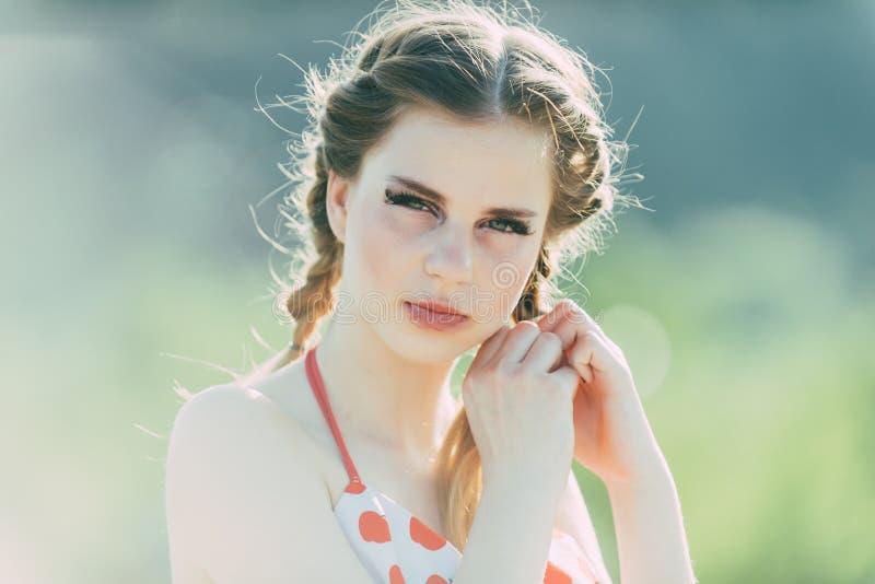 Conceito da beleza Cabelo da trança da menina da beleza Modelo da beleza com composição e penteado longo Sensação consideravelmen fotografia de stock