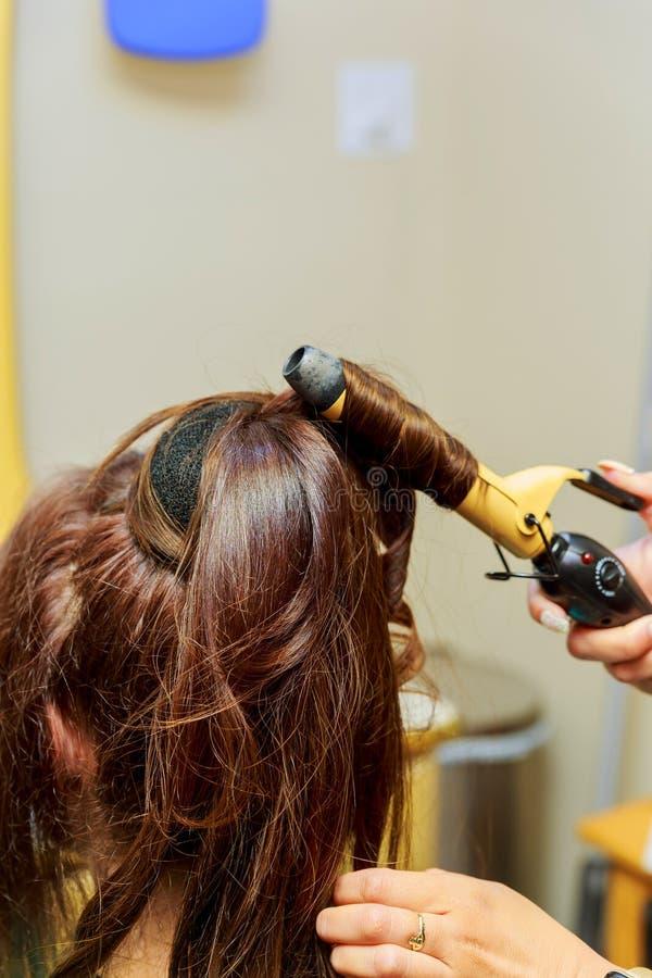 conceito da beleza, do penteado, da secagem e dos povos - próximo acima da jovem mulher e do cabeleireiro imagem de stock