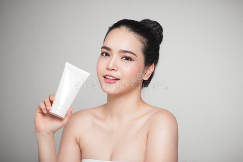 Conceito da beleza Mulher bonita asiática com a pele perfeita que guarda cos foto de stock