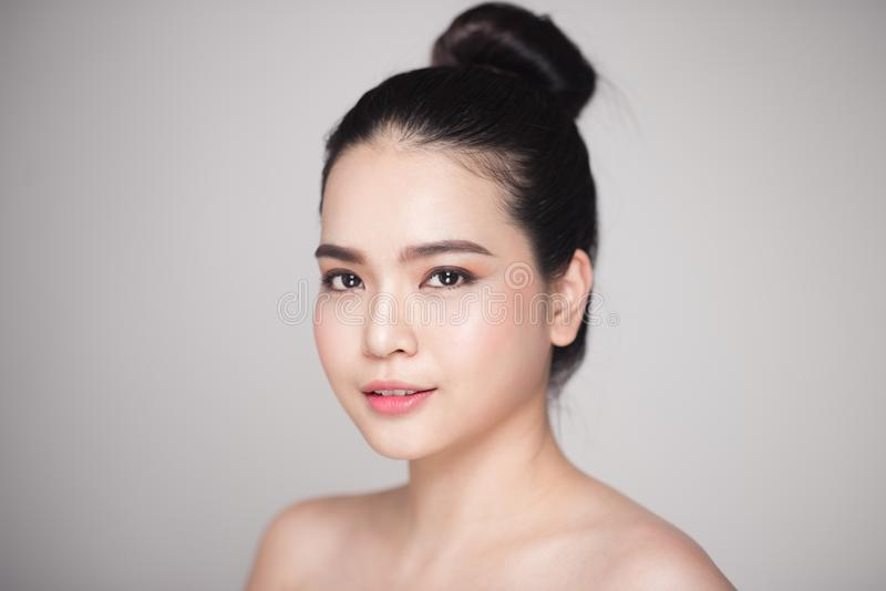Conceito da beleza Mulher bonita asiática com a pele perfeita que olha foto de stock royalty free