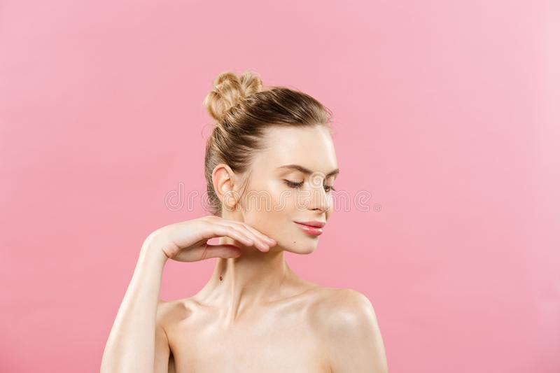 Conceito da beleza - mulher caucasiano bonita com a pele limpa, composição natural isolada no fundo cor-de-rosa brilhante com cóp imagem de stock