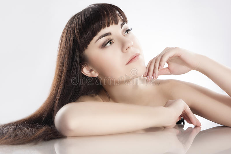 Conceito da beleza Retrato da morena fêmea caucasiano bonito fotografia de stock royalty free