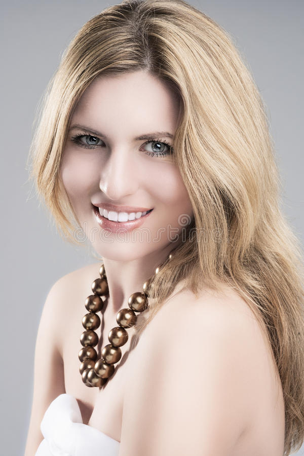 Conceito da beleza: Retrato de Woma louro caucasiano novo bonito imagem de stock
