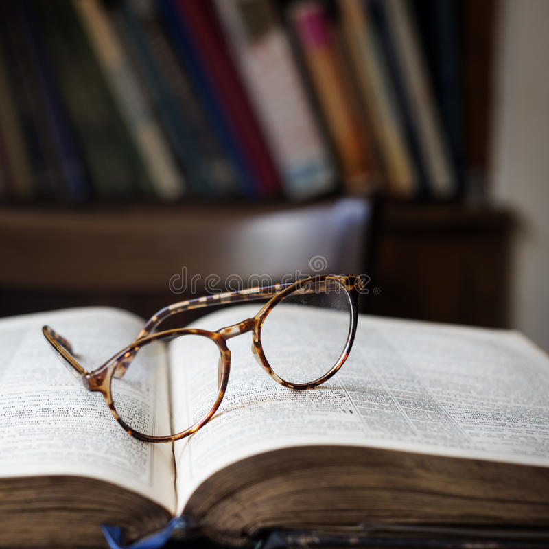 Conceito da biblioteca do livro de leitura da educação imagens de stock royalty free