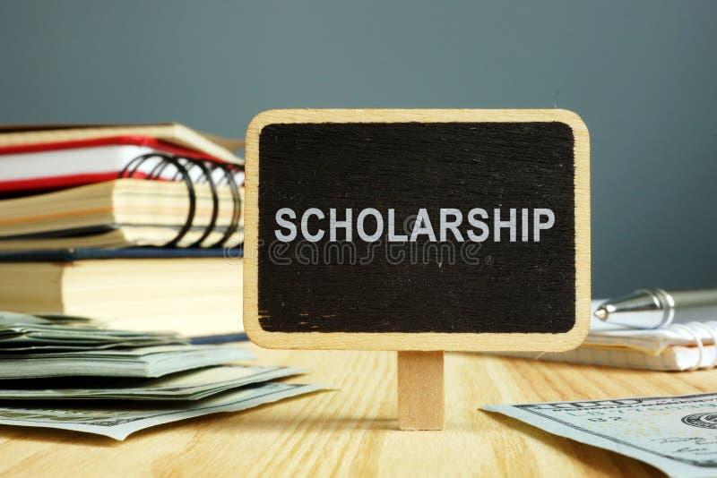 Conceito da bolsa de estudos Cadernos e dinheiro para a educação imagem de stock royalty free