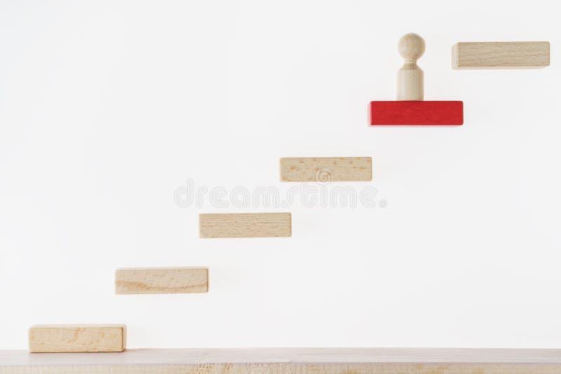 Conceito da carreira Metáfora do negócio Conceito do negócio que aprende o sucesso O homem escala as escadas Conseguindo o sucess imagem de stock