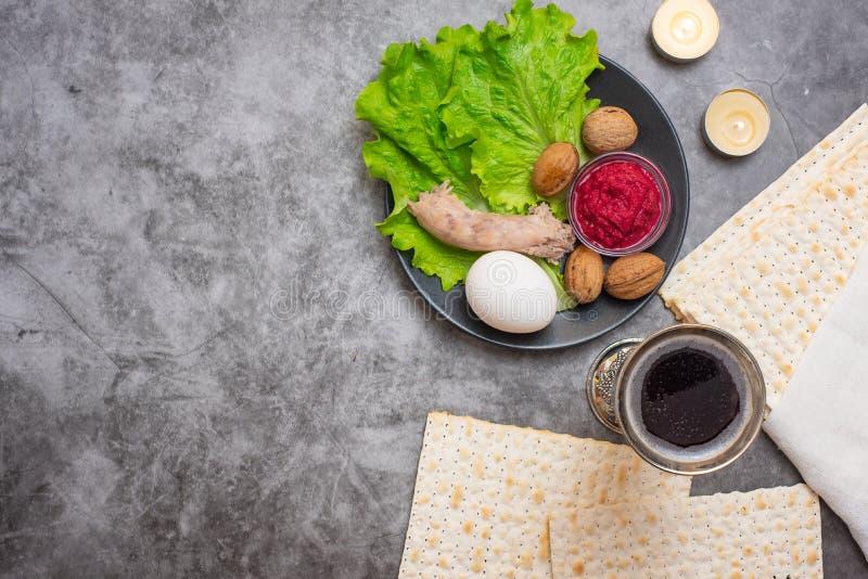 Conceito da celebração de Pesah Fundo da páscoa judaica com a placa do vinho, do matza e do seder no cinza Vista superior Com esp fotografia de stock royalty free