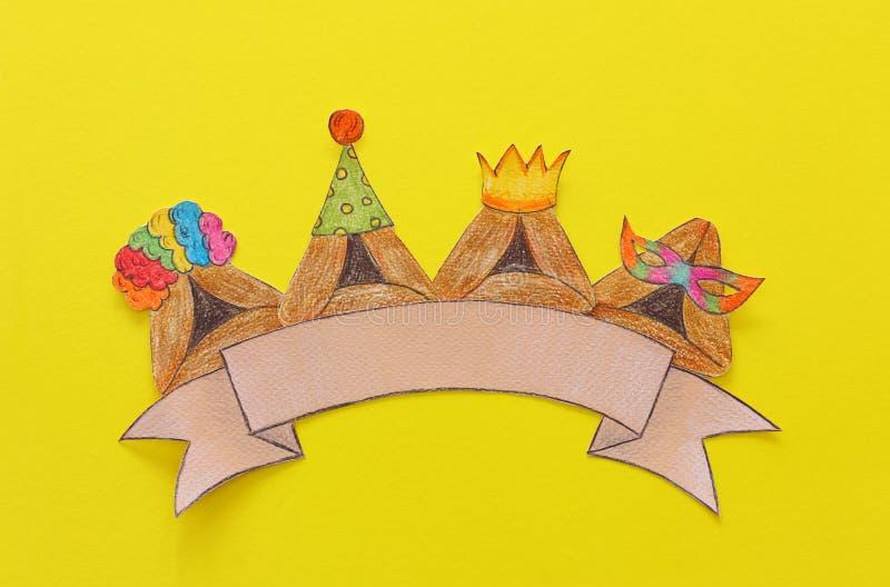 Conceito da celebração de Purim & x28; holiday& judaico x29 do carnaval; Cookies tradicionais do hamantash cutted de papel e pint foto de stock royalty free