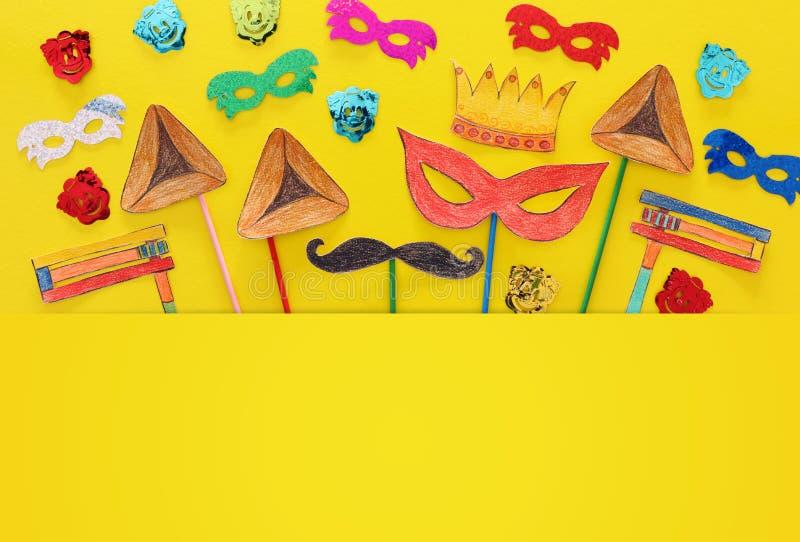 Conceito da celebração de Purim & x28; holiday& judaico x29 do carnaval; Formas tradicionais dos símbolos cutted de papel e pinta imagem de stock
