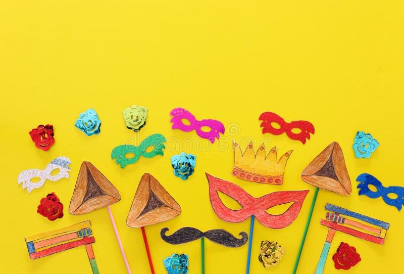Conceito da celebração de Purim & x28; holiday& judaico x29 do carnaval; Formas tradicionais dos símbolos cutted de papel e pinta foto de stock