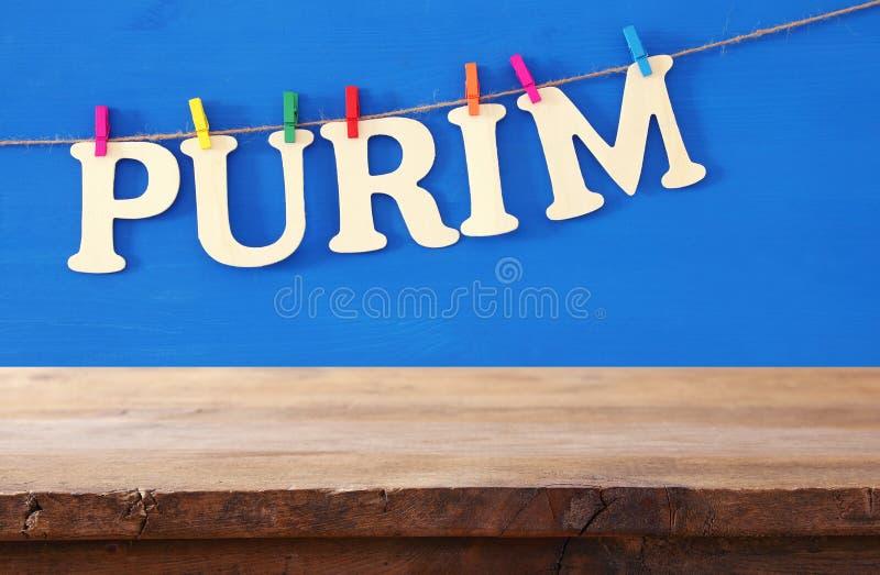 Conceito da celebração de Purim & x28; holiday& judaico x29 do carnaval; na frente da tabela de madeira vazia contexto da exposiç fotos de stock