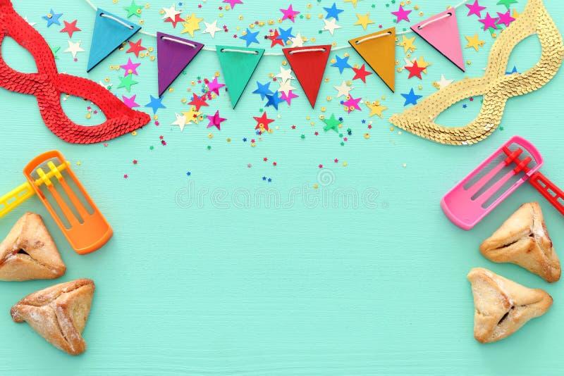 Conceito da celebração de Purim & x28; holiday& judaico x29 do carnaval; sobre o fundo azul de madeira fotografia de stock