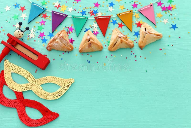 Conceito da celebração de Purim & x28; holiday& judaico x29 do carnaval; sobre o fundo azul de madeira imagem de stock royalty free