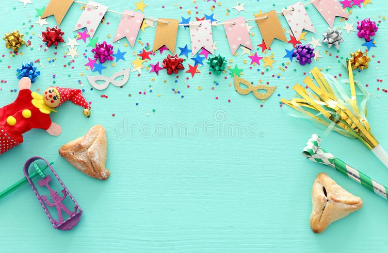 Conceito da celebração de Purim & x28; holiday& judaico x29 do carnaval; sobre o fundo azul de madeira fotos de stock