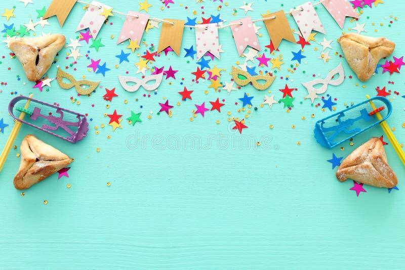 Conceito da celebração de Purim & x28; holiday& judaico x29 do carnaval; sobre o fundo azul pastel de madeira Vista superior, con foto de stock royalty free
