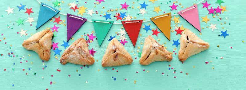 Conceito da celebração de Purim & x28; holiday& judaico x29 do carnaval; sobre o fundo de madeira da hortelã foto de stock