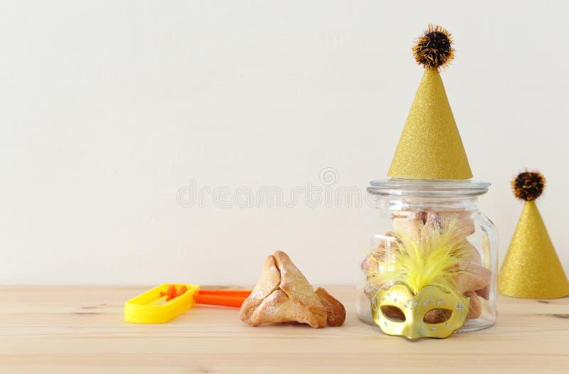 Conceito da celebração de Purim & x28; holiday& judaico x29 do carnaval; sobre a tabela de madeira foto de stock