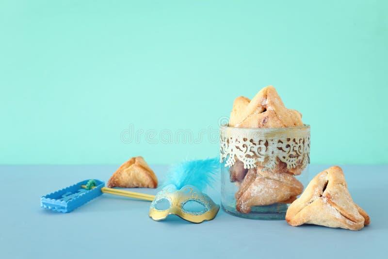 Conceito da celebração de Purim & x28; holiday& judaico x29 do carnaval; sobre a tabela de madeira imagem de stock