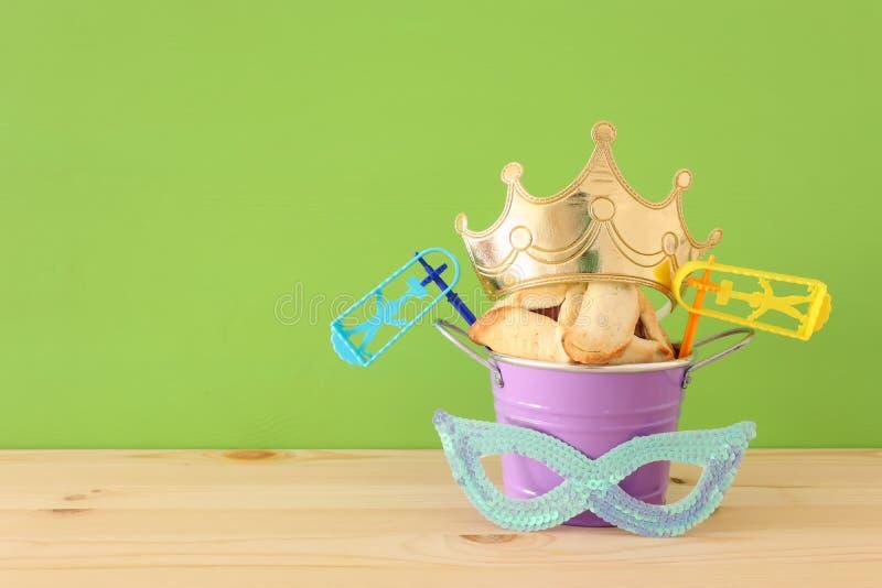 Conceito da celebração de Purim & x28; holiday& judaico x29 do carnaval; sobre a tabela de madeira branca imagem de stock