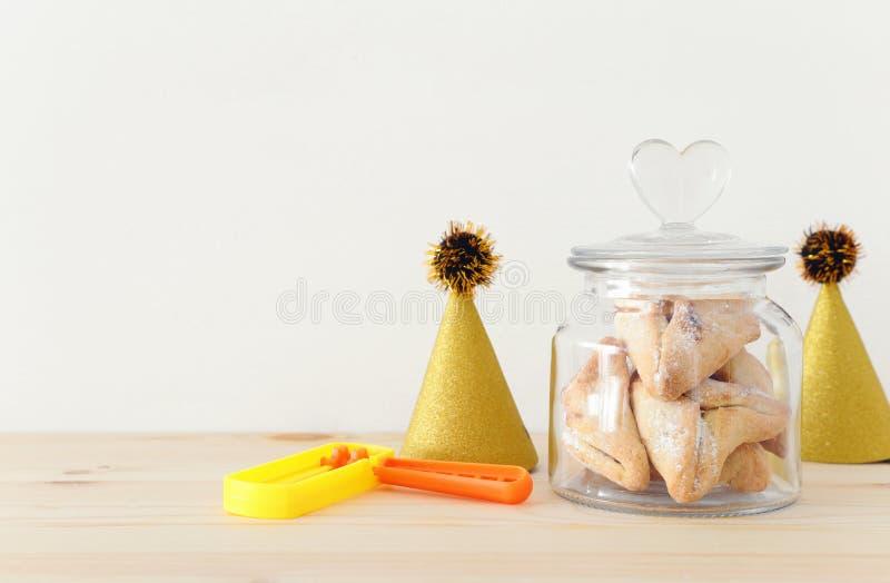 Conceito da celebração de Purim & x28; holiday& judaico x29 do carnaval; Tradicional hamantaschen cookies sobre a tabela de madei imagem de stock