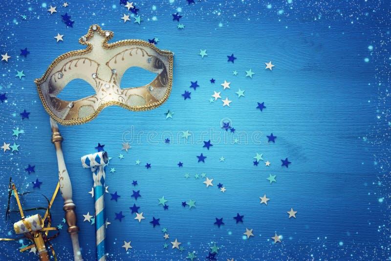 conceito da celebração do partido do carnaval com máscara elegante do ouro na vara sobre o fundo e estrelas de madeira azuis Vist ilustração do vetor