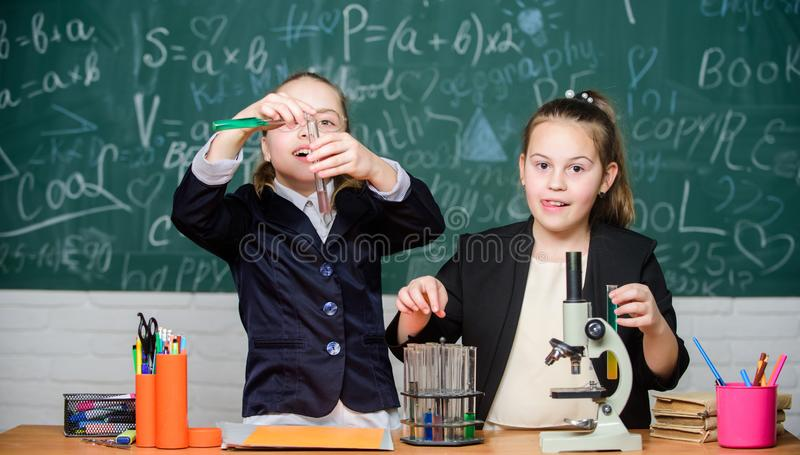 Conceito da ciência Estudantes do ginásio com estudo detalhado de ciências naturais Escola privada Projeto da escola fotos de stock