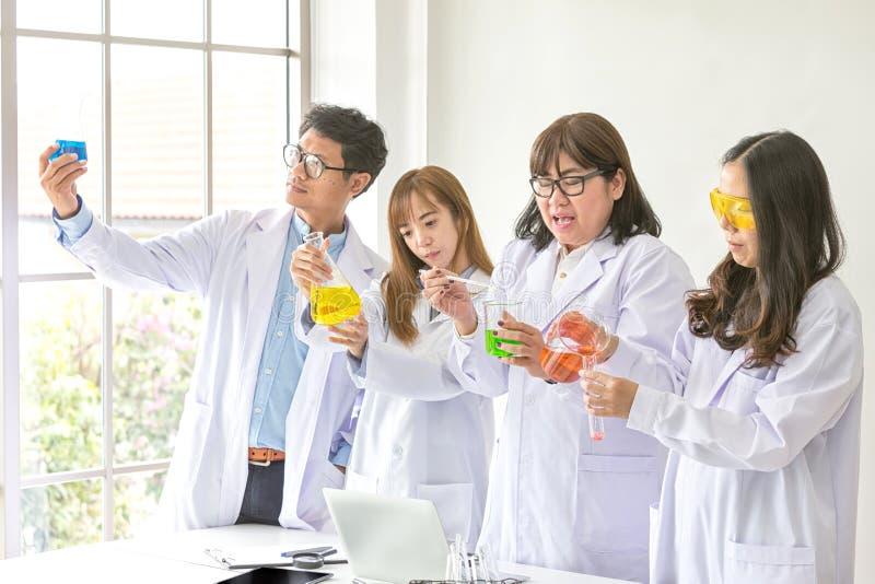 Conceito da ciência Qualidade de teste científica do químico Team Scientist que trabalha no laboratório Um homem e três fêmeas na fotos de stock royalty free