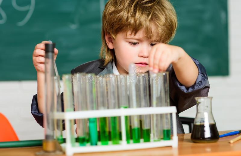 Conceito da ci?ncia Wunderkind que experimenta com a química Sala de aula colorida da escola da química dos líquidos dos tubos de fotos de stock royalty free